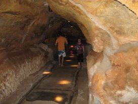 Pasillos del interior de la cova, que comunican los diferentes espacios