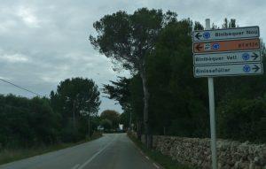 Cartel de señalización hacia BInibèquer vell - Menorca