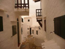 Calles estrechas de Binibèquer Vell (Binibeca) en Menorca