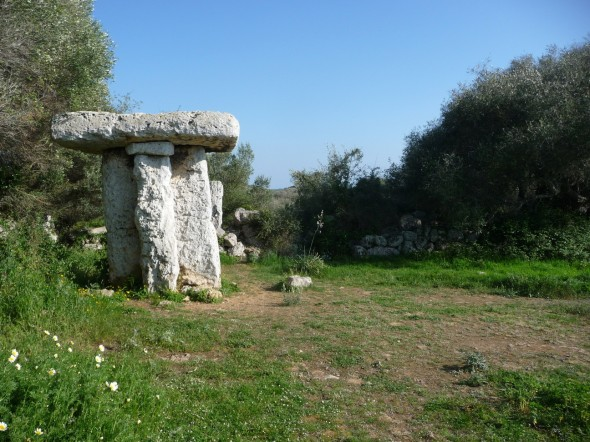 Enclosure of the Taula of Torretrencada (the reinforcement column is appreciated)