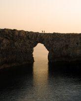Senderistas sobre el Pont d'en Gil