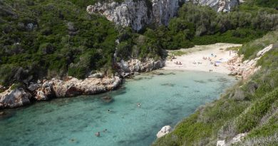 Bañistas en Cala Biniparratx