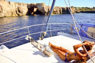 Catamarán de FaralMar en Menorca